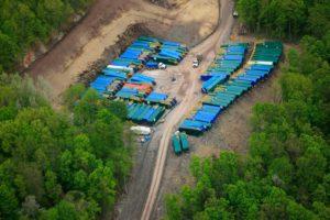 Les camions nécessaires au transport des liquides nécessaire ou produits par la fracturation : en Pennsylvanie. Voir les photos du site Dontfractureillinois.net