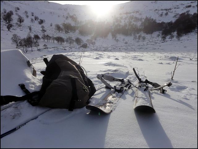 Les skis Altaï Hok devant le cirque de Chamalières